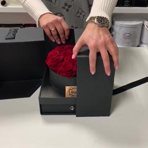 Geschenkbox mit Schublade (Kreis &Herz), 10-13 Infinity Rosen und Rosenblättern