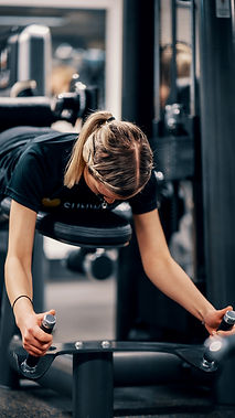 En kvinna som tränar i en av våra moderna maskiner. Foto: Klemets & Zackrisson