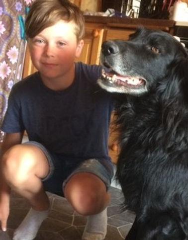 En pojke siter med en hund