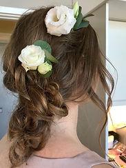 Håruppsättnng på mörkt hår med blommor i