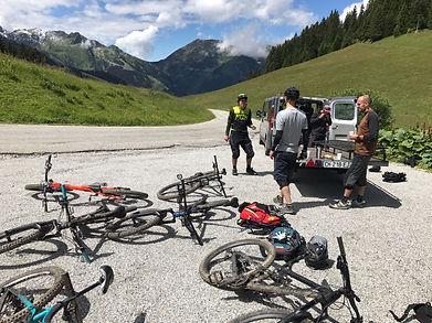 Décharger les vélos du camion et se préparer pour le ride Enduro VTT