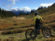 Alex face au Mont-Blanc avec son VTT