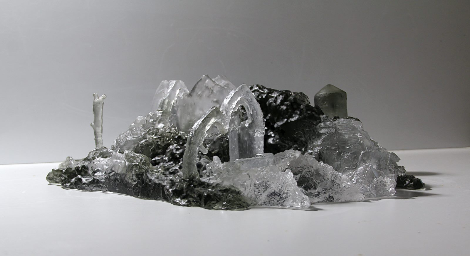 Grande ruine moderne, pâte de verre, verre gris et incolore, 2019