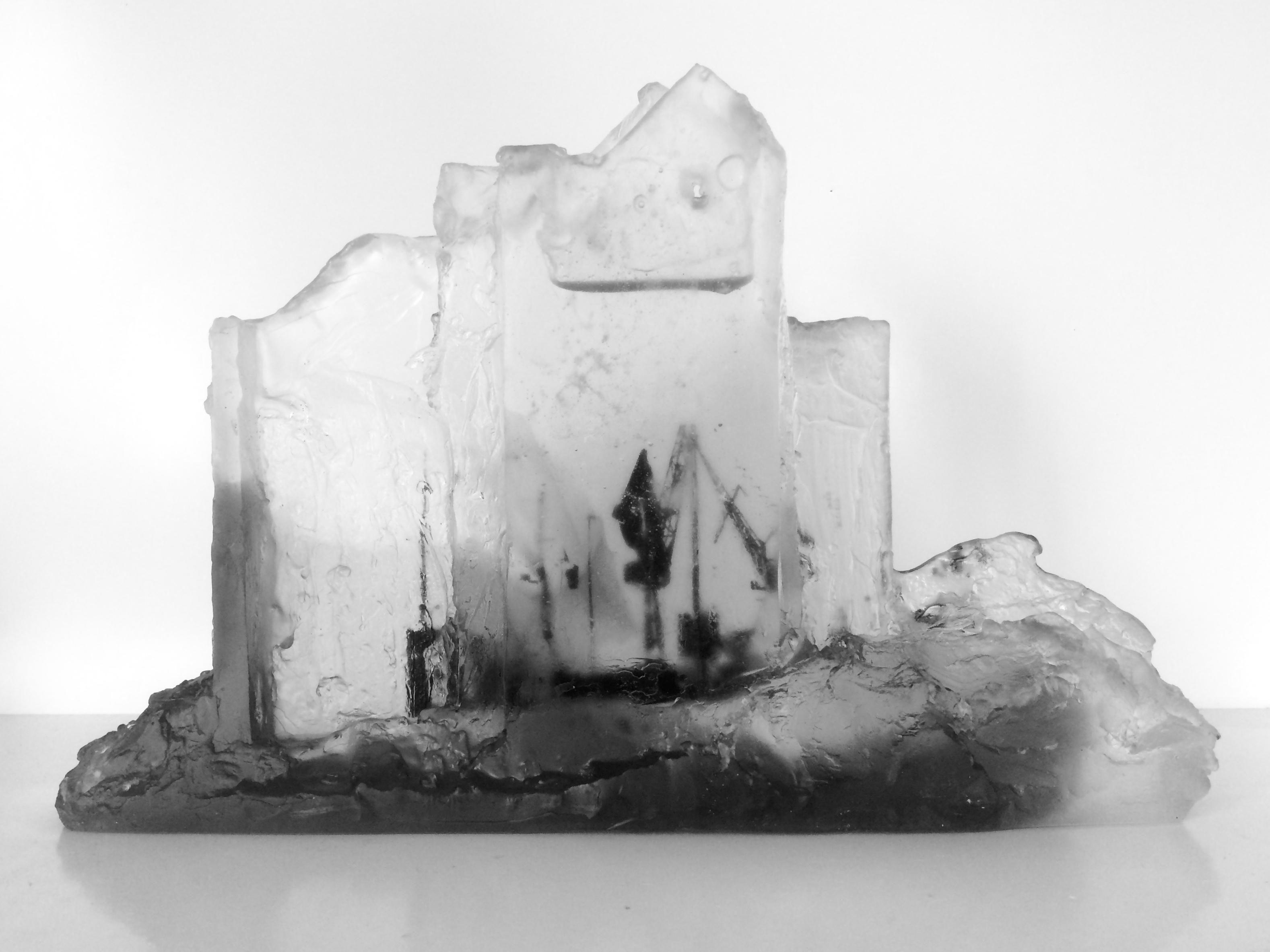 Façade en chantier, pâte de verre, verre gris et incolore, 2019