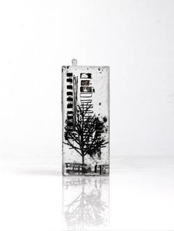 Petite architecture verticale, pâte de verre et sérigraphie, 2018