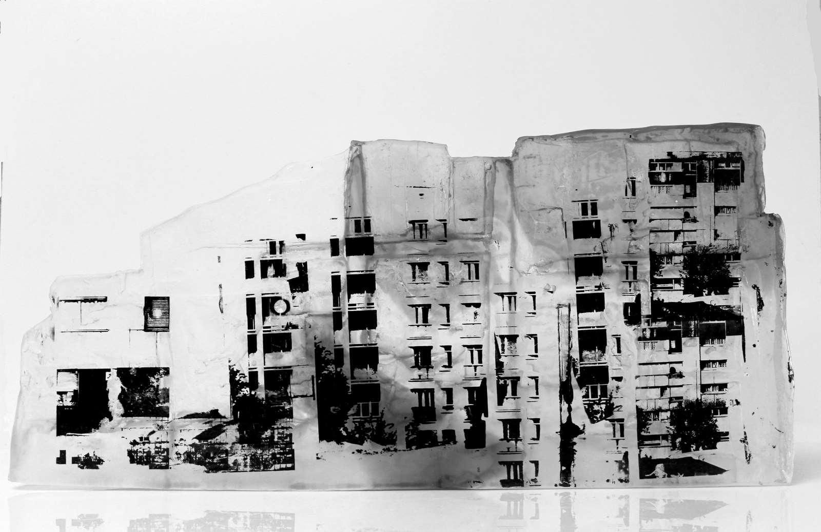 Grande façade, pâte de verre, verre gris et incolore, sérigraphie, 2019