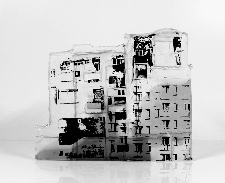 Façade, pâte de verre, verre gris et incolore, sérigraphie, 2019