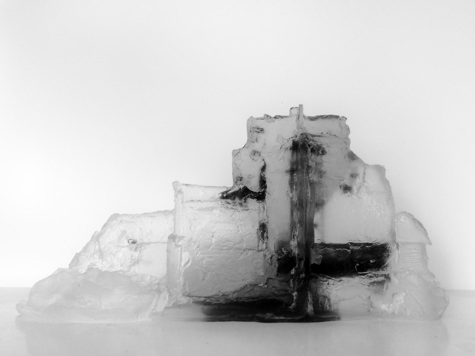 Ruine, pâte de verre, verre gris et incolore, sérigraphie, 2019