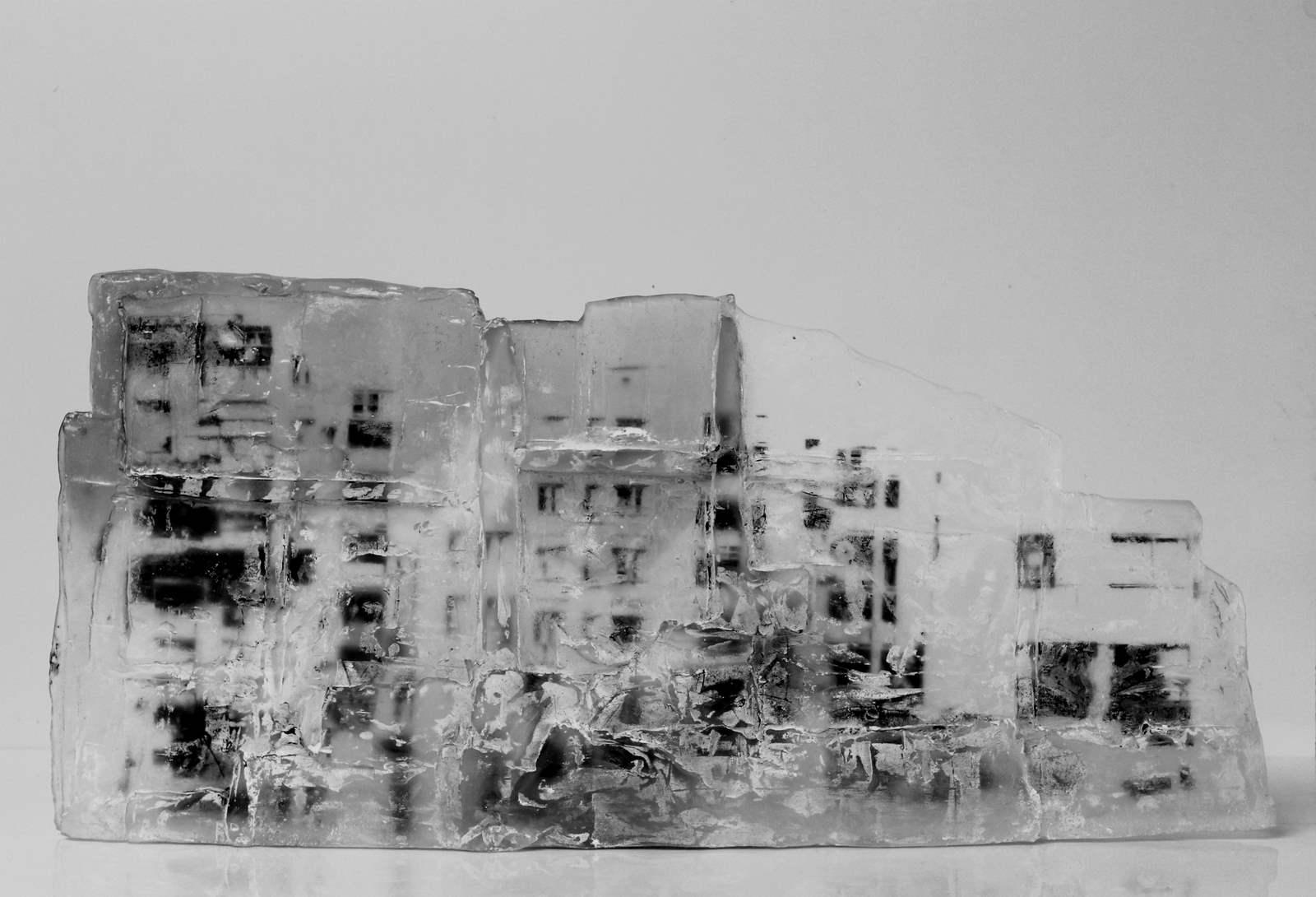 Grande façade, pâte de verre, verre gris et incolore, sérigraphie