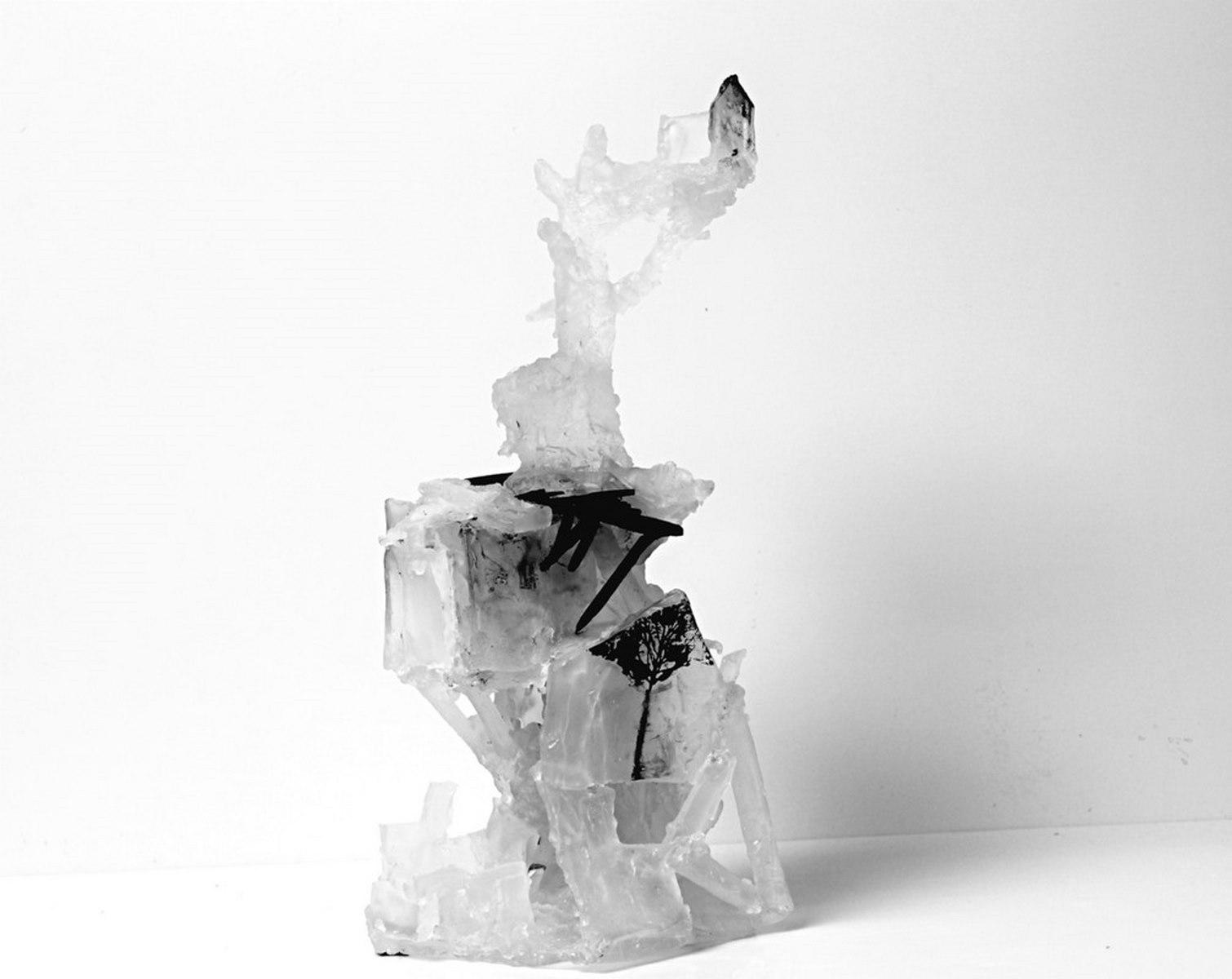 Cabane perchée, bois brûlé, pâte de verre et sérigraphie, 2019