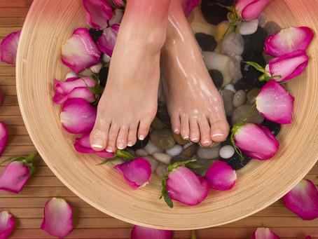Ayaklarınız sürekli şişiyorsa çözümü için evde yapabileceğiniz pratik öneriler