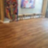 Piso de vinil Stonewood color caoba en galería
