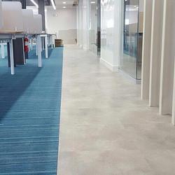 Alfombra Interface modular y piso de vinil