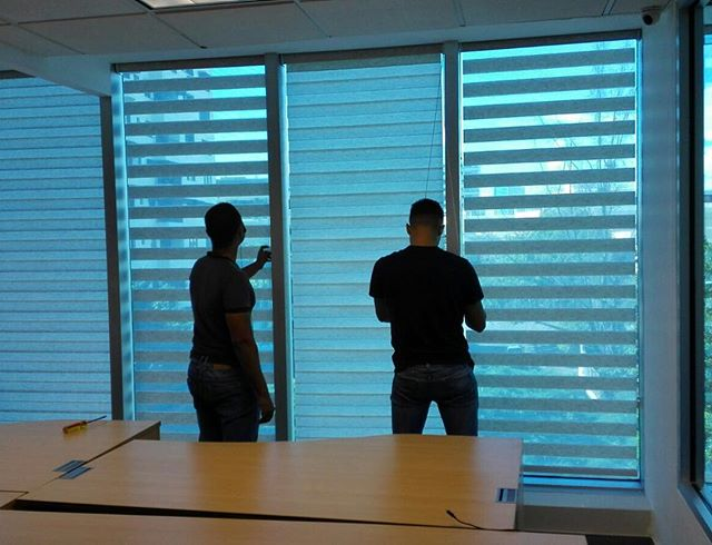 Work in progress⚠️🛠 Instalación de cortinas neolux zebras en oficina 📸_ Oficina privada #cortinas