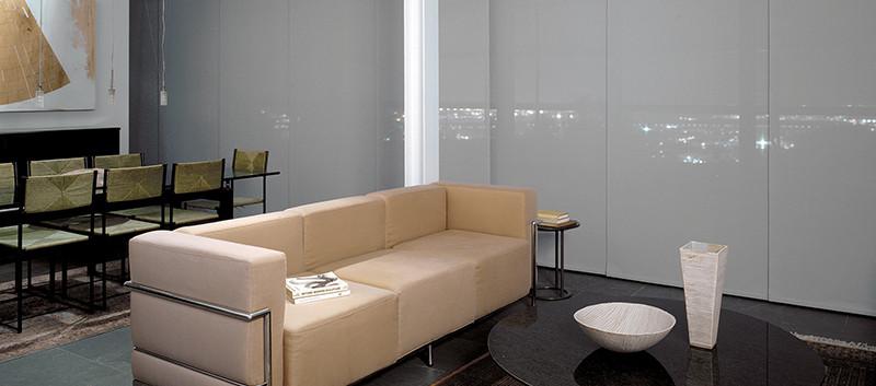 Panel deslizante en sala residencial