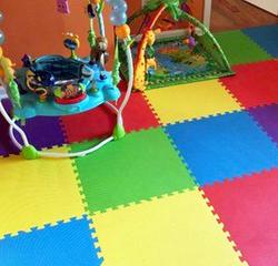 Piso de goma de colores en área de niños