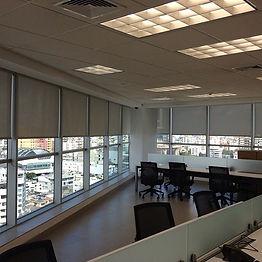 Oficina con cortinas enrollables