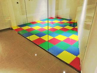 Piso de EVA Supermat Playmat en sala de juegos.jpg