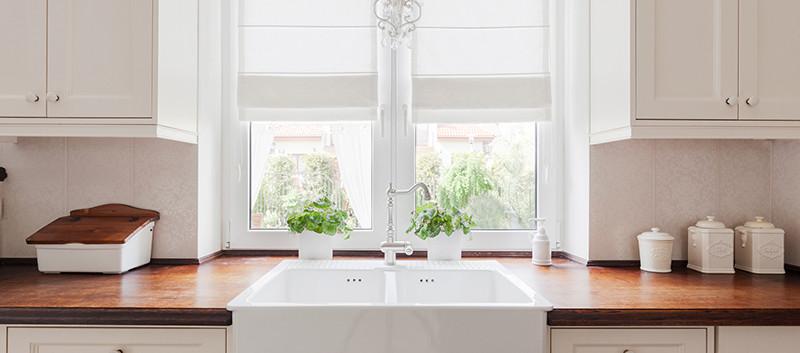 Cortina romana blanca en cocina