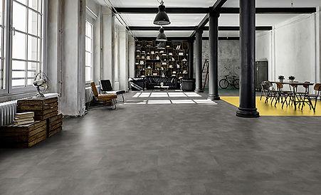 Piso de vinil Tarkett cemento en salon multiusos