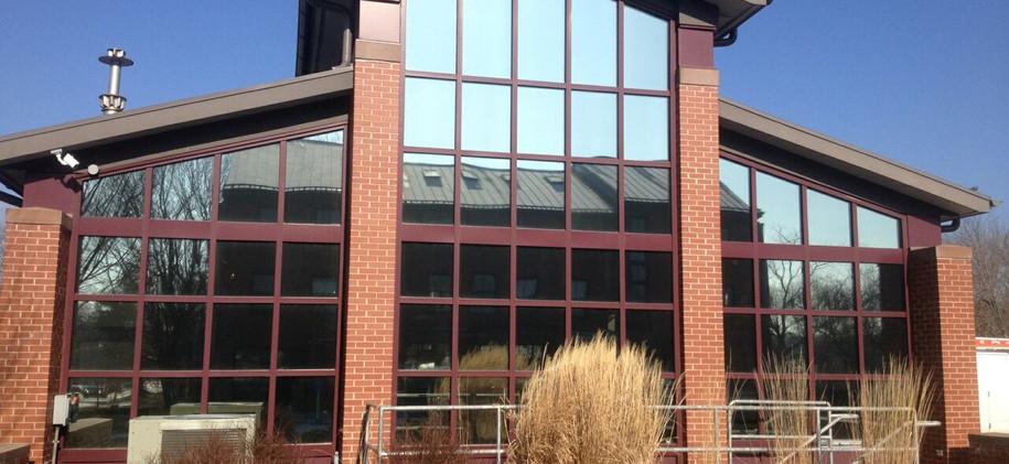 Laminado reflectivo en fachada de edificio