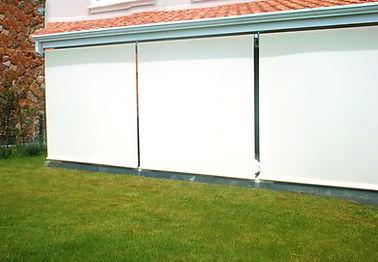 Terraza a jardin con cortina de exterior