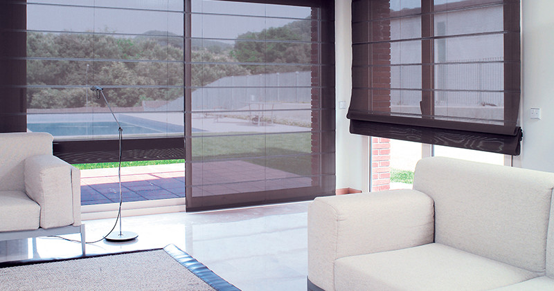 Cortinas romanas translucidas en terraza
