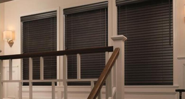 Cortinas venecianas de madera en ambiente residencial