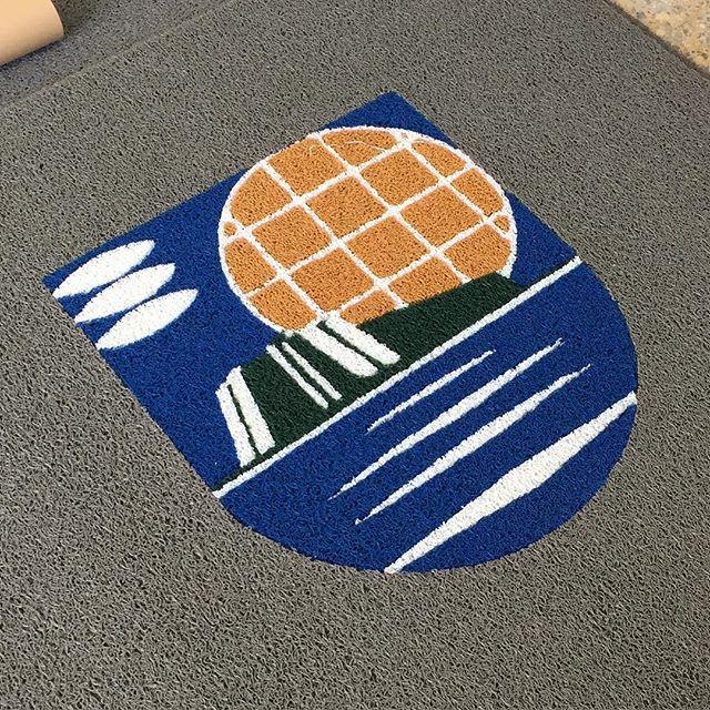 Más alfombras con logo