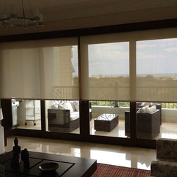 Instalación de cortinas enrollables en screen