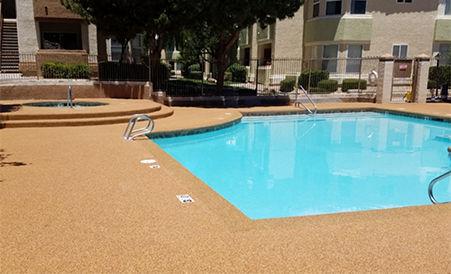 Piso de exterior de goma Rubberflex instalado en piscina