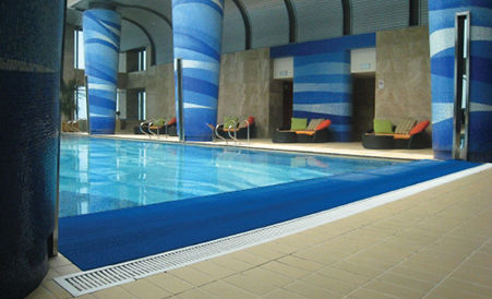 Alfombra antiresbaladiza en piscina