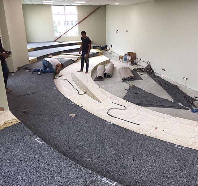 🚧⚒⚠️ instalación alfombra comercial en nylon alto tránsito en rollo en aulas 📸_ Edificio de Postgr