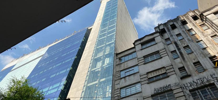 Laminado transparente Performa Ceramic Ice en fachada de oficina