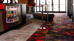 Alfombra modular Interface en lobby de cine