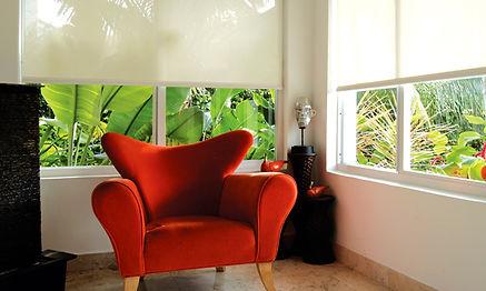 Cortina enrollable mueble rojo