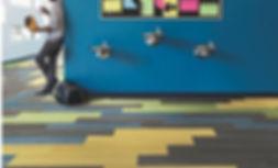 Piso vinilico de colores en escuela