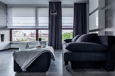 Sala gris con cortinas romanas