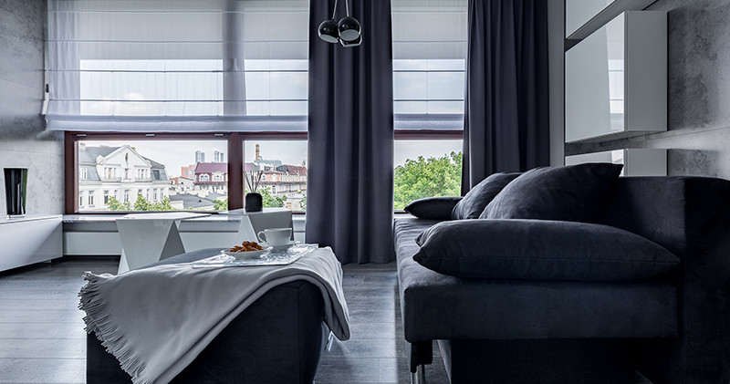 Cortinas romanas en sala residencial