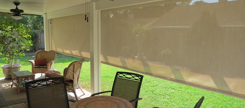 Cortinas de exterior crema en terraza