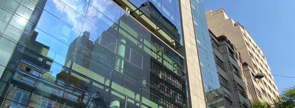 Laminado Performa Ceramic 70 en fachada de edificio para rechazo de calor