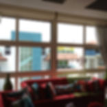 Sala residencial con ventanas recubiertas con laminado Huper Optik