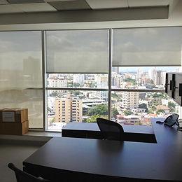 Cortinas enrollables y laminados en oficina de Santo Domingo