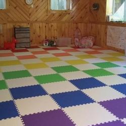 Piso de colores en gimnasio casero