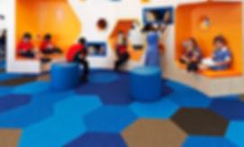 Alfombra Shaw Contract hexagonal en uso educativo