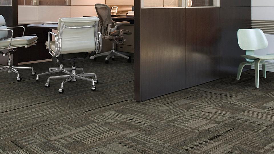 Alfombras modulares en espacio de oficina