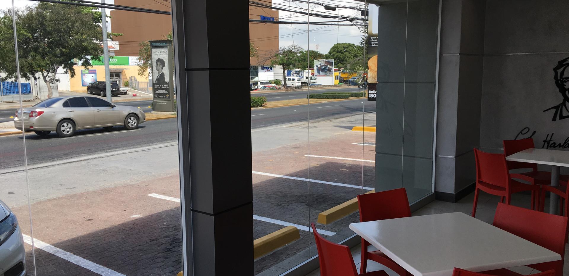 Laminado reflectivo 40% en KFC Nunez de Caceres, Santo Domingo
