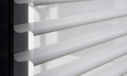 Cortina Triple Shade instalada en ventana