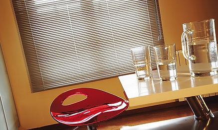 Cortina de aluminio en comedor y taburete rojo