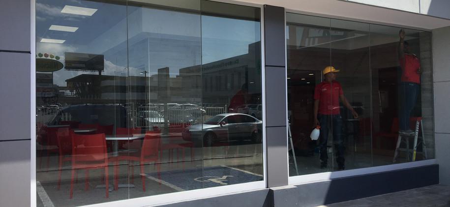 Laminado Fusion 40 en KFC Núñez de Cáceres, Santo Domingo